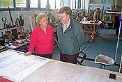 Elsa Lohmann describes the technical drawings to Wolfgang Leonhardt